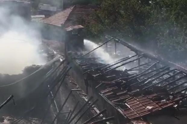 Ahırda çıkan yangınla bir ev kül oldu