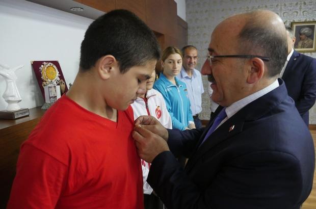 Başkan Gümrükçüoğlu şampiyon boksörleri altın ile ödüllendirdi