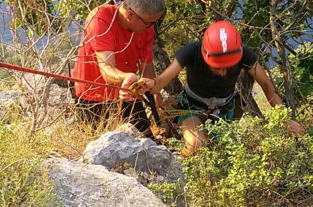 Fethiye'de uçurumda mahsur kalan tatilci kurtarıldı