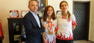 Burhaniye'de Kaymakam Öner'den Muhsine Gezer'e altın ödülü