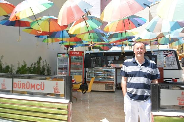 Şemsiyeli dürümcü turistlerin ilgi odağı oldu