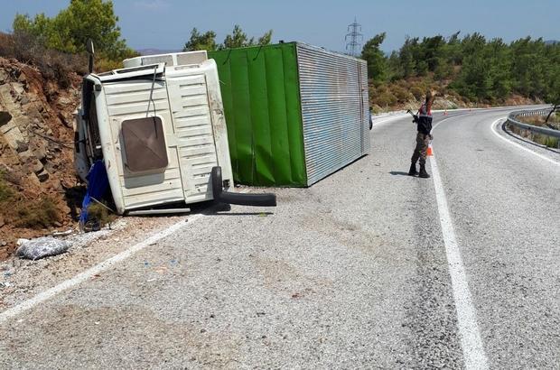 Virajı alamayan kamyon şarampole devrildi; 4 yaralı