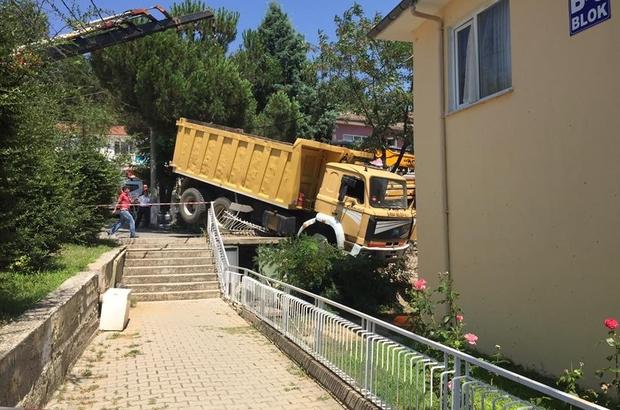 Fireni boşalan kamyon apartmanın bahçesine düştü