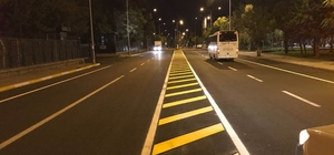 Asfaltlanan caddelere yol çizgileri çizildi