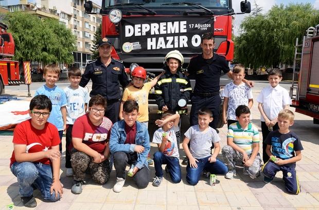Bozüyük Belediyesi itfaiyesinden vatandaşlara deprem bilgilendirme standı