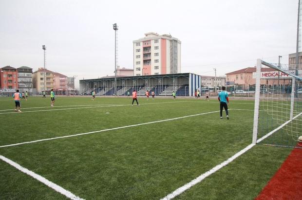 Büyükşehir belediyesi futbol sahalarına bakım çalışması başlattı