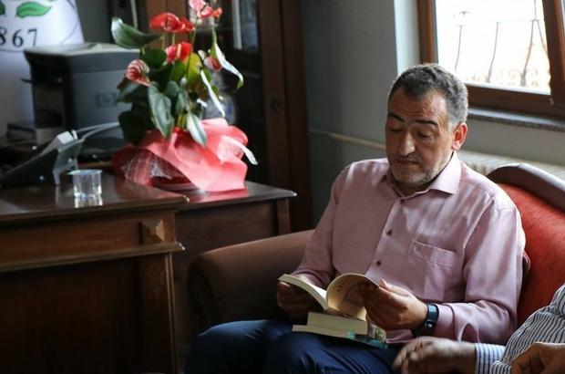 Başkan Süleyman Özkan, Milletvekili Mustafa Şükrü Nazlı'ya kitap hediye etti