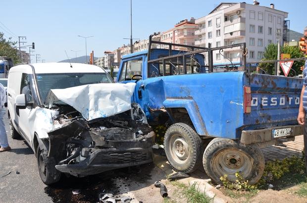 Milas'ta kamyonet ile hafif ticari araç çarpıştı; 3 yaralı