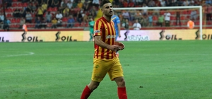 Geçen sezon 5 penaltının tamamını gole çeviren Deniz Türüç bu sezon ilk penaltıyı kaçırdı