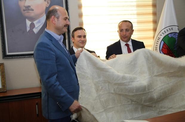 İçişleri Bakanı Soylu'ya tiftik battaniyesi armağan edildi