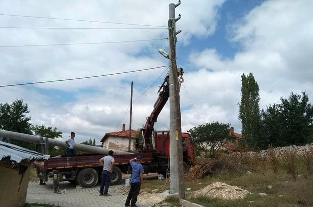 Emet Yeniceköy'de elektrik direkleri ve hatlar yenileniyor