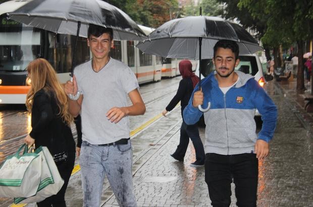Mesai çıkışı bastıran yağmur hazırlıksız yakaladı