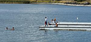 Çıldır Gölü'nde sonbaharda yüzme keyfi