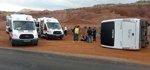 Polisleri taşıyan midibüs devrildi: 7 yaralı