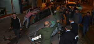 Otomobil yol ortasındaki rögar açma blokuna çarptı: 3 yaralı
