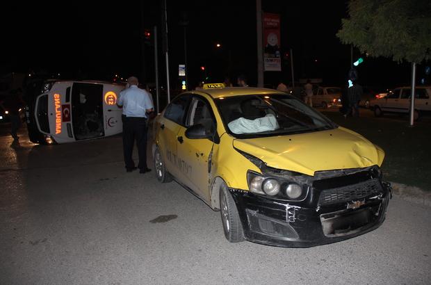 Adana'da ambulans ile taksi çarpıştı: 5 yaralı