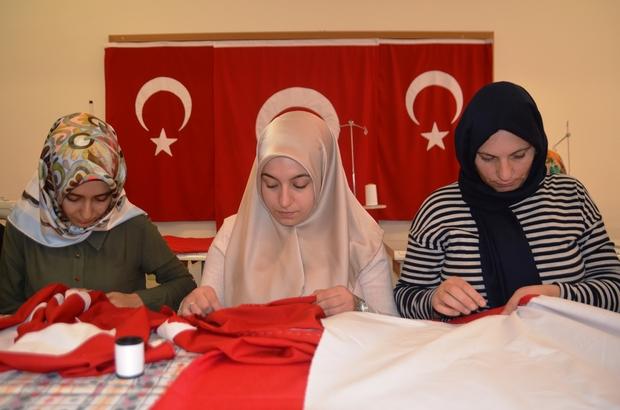 Okulların bayrakları kursiyerlerinden