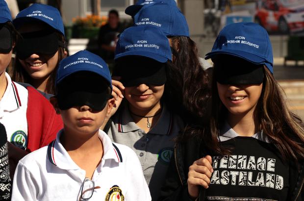 Lise öğrencileri göz bandıyla yürüdü