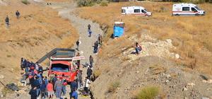 Yüksekova'da kaçakları taşıyan kamyonet devrildi: 40 yaralı