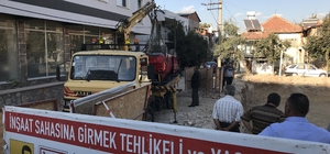 Denizli'de otomobil inşaat temeline devrildi