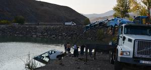 Park halindeki minibüs baraj göletine düştü