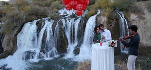 Şelalede sürpriz evlenme teklifi
