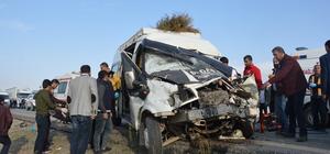 Ağrı'da otomobil ile minibüs çarpıştı: 1 ölü, 8 yaralı