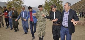 Çukurca'da vatandaşlar asker ve polisle düğünde halay çekti