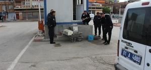 Polis, çalınan klimayı karakola el arabasıyla götürdü