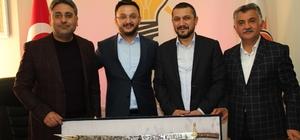 Çat Belediye Başkanı Duru, AK Parti İl Başkanı Yanar'a '15 Temmuz Adalet kılıcı' hediye etti