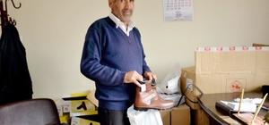 Kahta Belediyesi kışlık bot dağıtımı yaptı