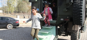 Köy çocukları ilk defa zırhlı askeri araca bindi