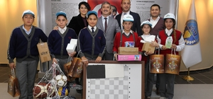 Çevreci öğrenciler ödüllerini Başkan Şirin'den aldı