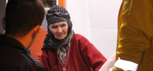 Yangında mahsur kalan yaşlı kadın kurtarıldı
