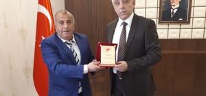 TFF Hakkari il temsilcisi Aykut'tan Vali Toprak'a plaket