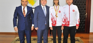 Vali Coşkun, Balkan Şampiyonu Taekwondocu Merve Kekeç'i ödüllendirdi