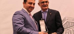Başkan Bakıcı ödülünü Tarihi Kentler Birliği Başkanı'nın elinden aldı