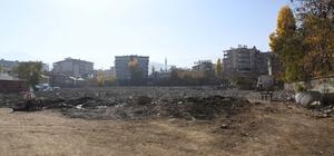 Kent meydanı yapılacak bölgede yıkım çalışması