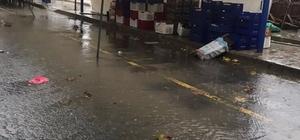 Şiddetli yağış pazarcıları etkiledi