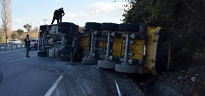 Söke'de asfalt yüklü tır devrildi
