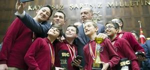 Manisalı öğrencilerden Cumhurbaşkanı Erdoğan'la selfie