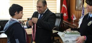 mniyet Müdürü Çetinka'dan başarılı öğrencilere madalya