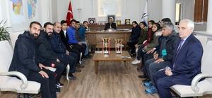 Başarılı atletlerden Genel Sekreter Yalçın'a ziyaret