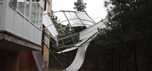 Çankırı'da rüzgar apartmanın çatısını uçurdu