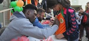 Alanyasporlu futbolcular öğrencilerle buluştu