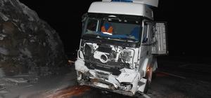 Kars'ta kayalıklara çarpan tırın sürücüsü yaralandı