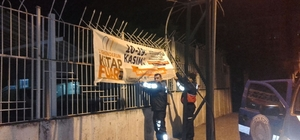 Zabıtalar izinsiz asılan afiş ve pankartları kaldırıyor