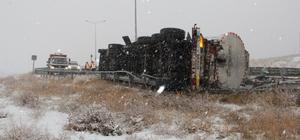 Devrilen tankerden 15 ton sıcak asfalt yola aktı