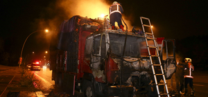Seyir halindeki domates yüklü kamyon yandı