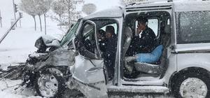 Van'da greyder ile kamyonet çarpıştı: 4 yaralı